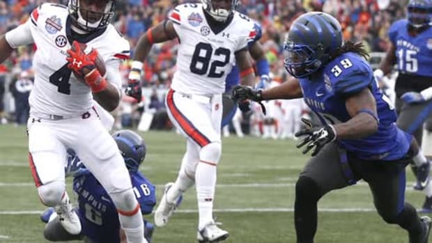 Memphis player steals ball from Auburn sideline after bowl game - IMAGE