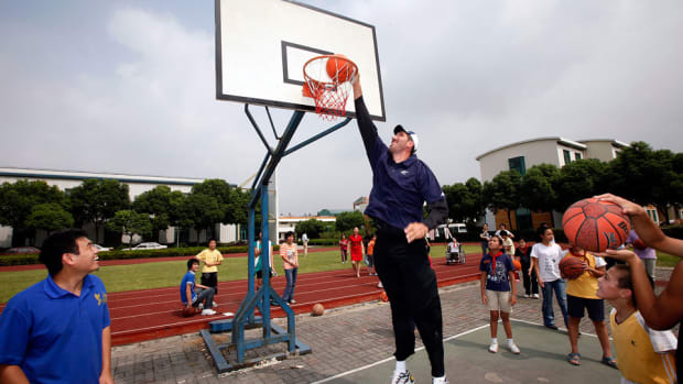 syracuse-basketball-gheorghe-muresan-son-walk-on-spot.jpg