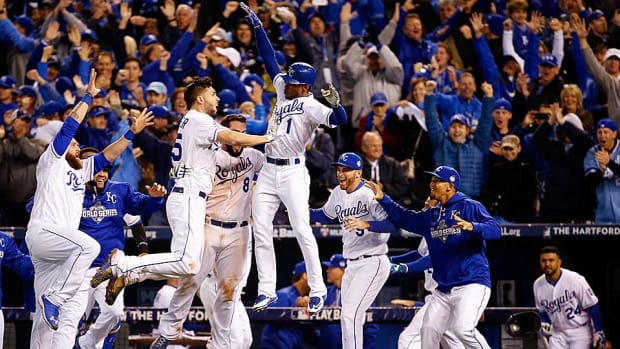 royals-celebrate-game-1-world-series-win.jpg