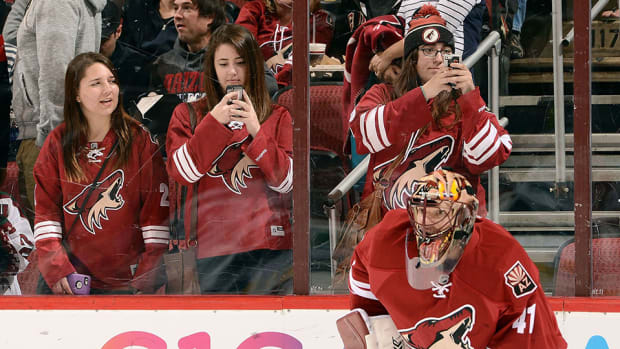 phoenix-coyotes-fans-phones-nhl-social-media-960.jpg