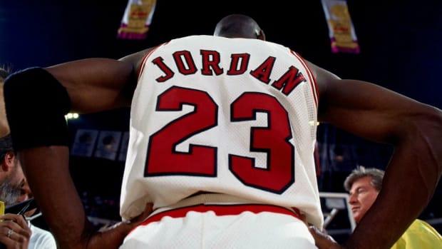 michael-jordan-alonzo-mourning-hornets-dunk.jpg