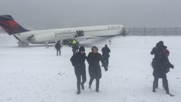new york giants larry donnell plane runway laguardia