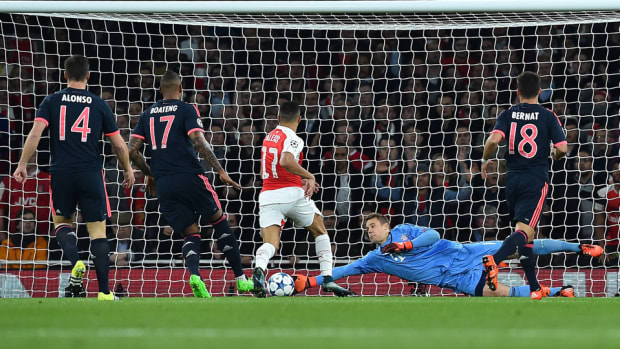 manuel-neuer-arsenal-save.jpg
