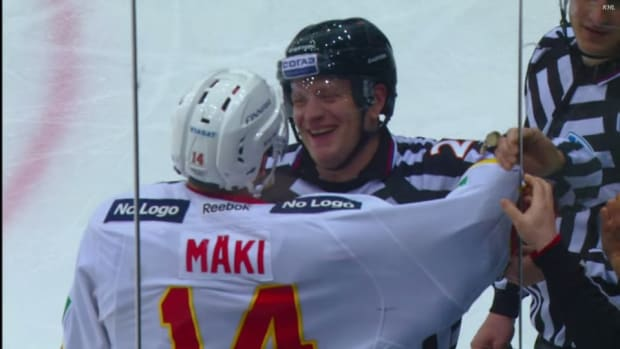 KHL player gets jersey stuck in glass