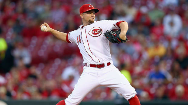 Reds trade pitcher Mike Leake to Giants--IMAGE