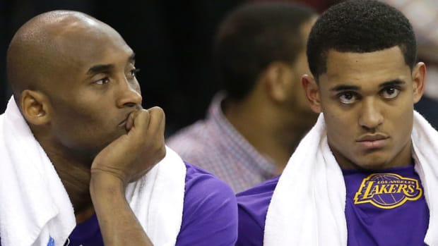 kobe-bryant-los-angeles-lakers-stepping-back-young-players.jpg