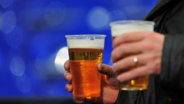 soccer-player-chugs-beer.jpg