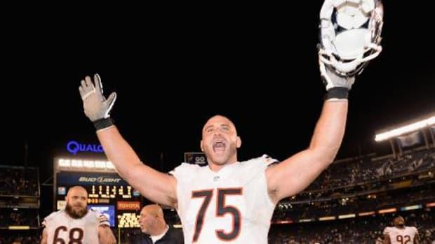 Bears OL Kyle Long gives garbage man Bears tickets - IMAGE