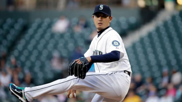 hisashi-iwakuma-lat-strain-mariners-disabled-list-elaine-thompson.jpg