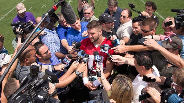 Tim-Tebow-after-eagles-practice.jpg