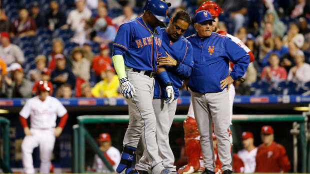 Mets OF Yoenis Cespedes (hand contusion) leaves game vs. Phillies - IMAGE