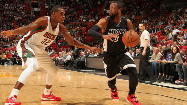 Dwyane Wade leaves game with strained hamstring IMAGE