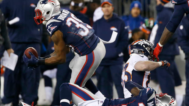 Broncos receiver Wes Welker hit hard in back, left game with injury versus Patriots