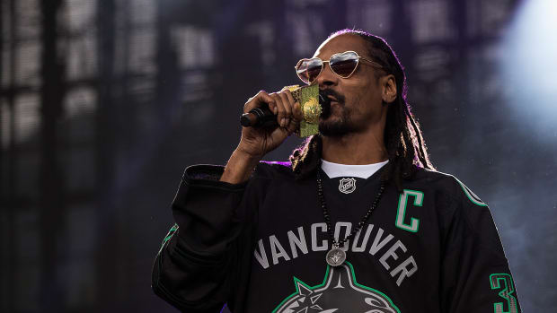 Snoop Dogg in a Canucks jersey