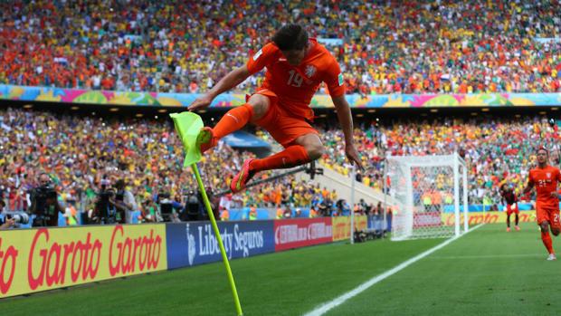 Klaas Jan Huntelaar corner flag