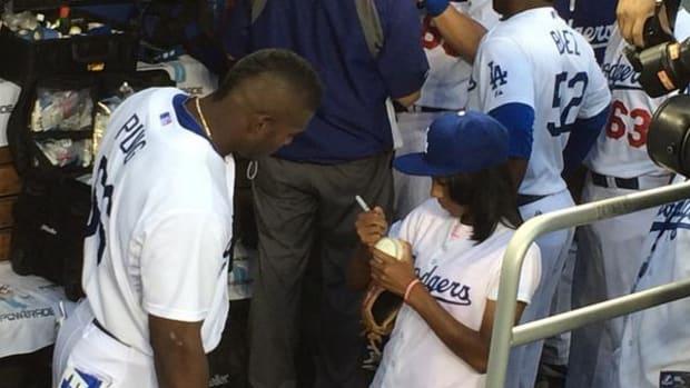 Yasiel Puig gets Mo'ne Davis autograph