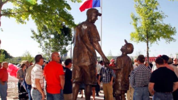 n-texas-rangers-statue-large570.jpg
