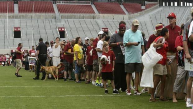 Alabama fans line up for Nick Saban's autograph