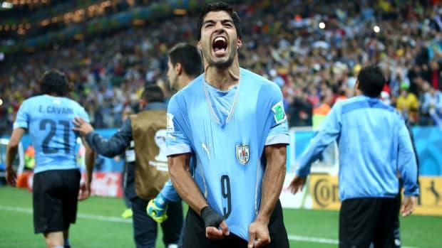 Luis Suarez Pulls Shirt