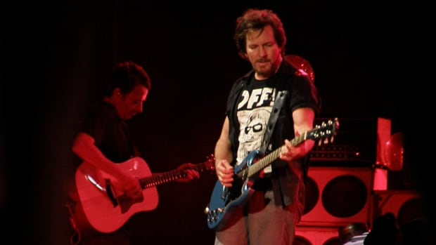 Eddie Vedder suggests Aaron Rodgers-for-Jay-Cutler trade at Wisc. concert