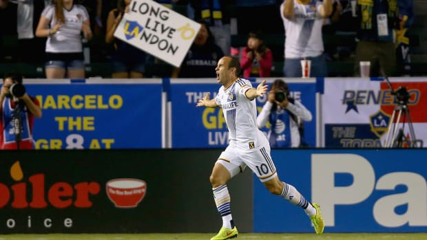 landon-donovan-celebrate-sign