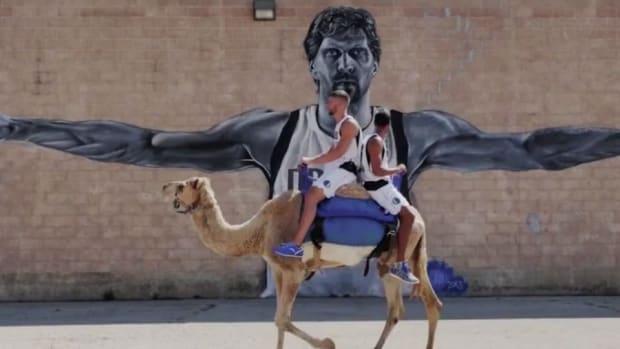 Dallas Mavericks Chandler Parsons rides camel in commercial