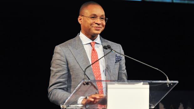 Gus Johnson stepping down as Fox soccer announcer