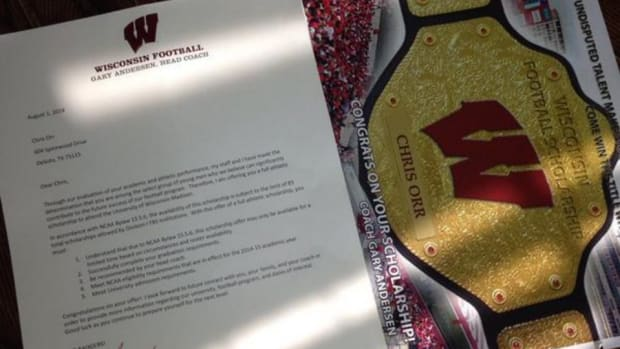Wisconsin Badgers football sending out championship belt photos with scholarship offers
