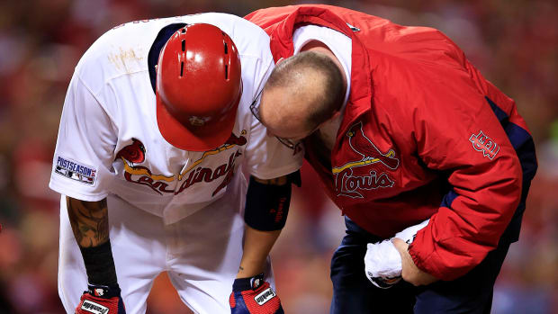Yadier Molina suffers strained left oblique in Game 2 of NLCS
