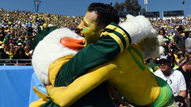 Oregon-fan-mascot-X158810-TK1_1078.jpg