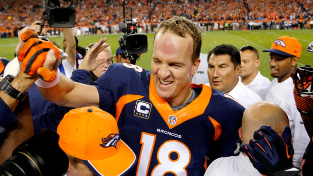 Peyton Manning breaks NFL record for most career TD passes IMAGE