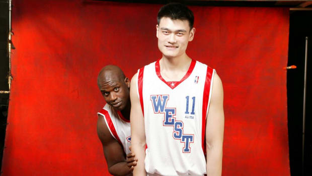 Yao Ming even makes Shaq look small