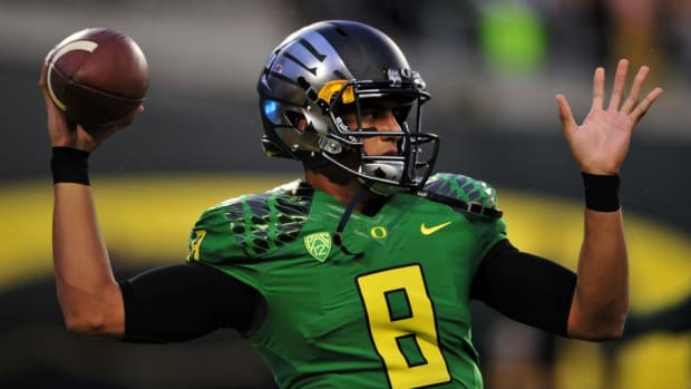oregon-ducks-marcus-mariota-golf-yoga.jpg.jpg