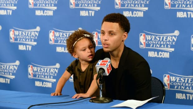 warriors-stephen-curry-daughter-riley.jpg