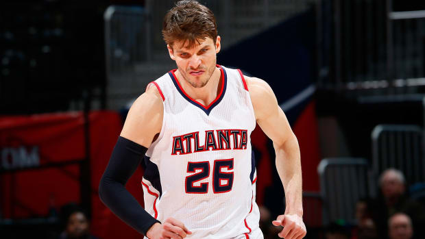Kyle Korver to miss three games with broken nose IMAGE