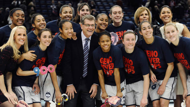 Geno Auriemma becomes fastest coach to 900 wins IMAGE