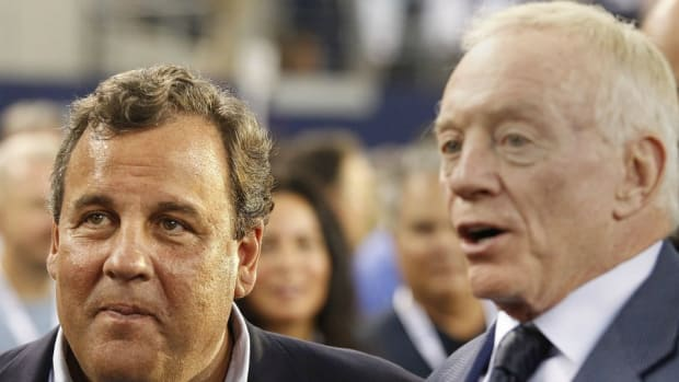 Jerry Jones and Chris Christie celebrate with hug