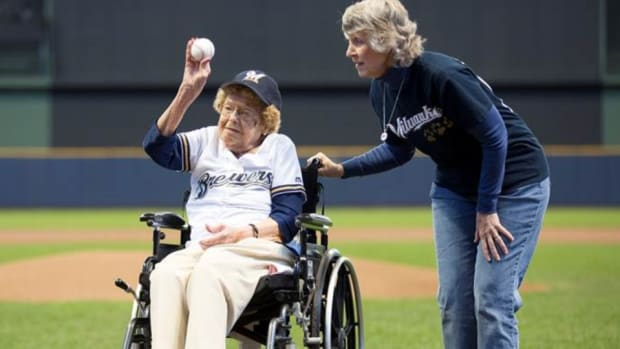 milwaukee-brewers-102-year-old-fan.jpg