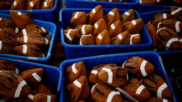 deflategate-super-bowl-patriots-balloons.jpg
