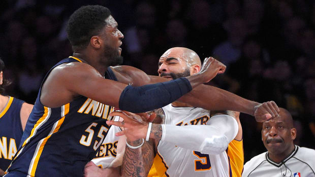 Carlos Boozer and Roy Hibbert scuffle during Lakers-Pacers game