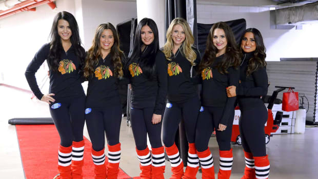 Chicago-Blackhawks-Ice-Crew-Girls-164101114_553_Sabers_at_Blackhawks.jpg