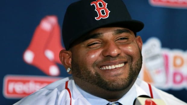 Boston Red Sox Pablo Sandoval makes seated half court shot