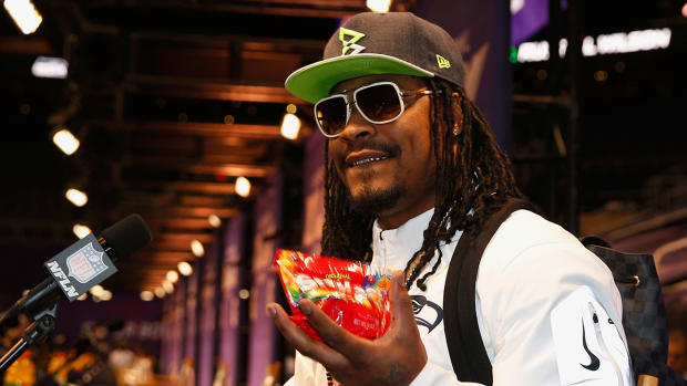Marshawn Lynch sells Skittles on home shopping channel - IMAGE