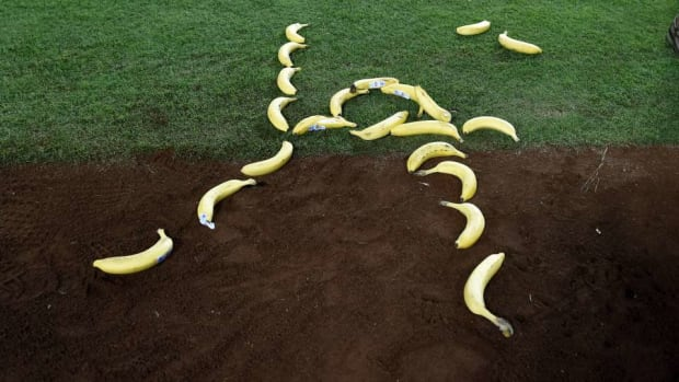 enrique-hernandez-dodgers-bananas.jpg
