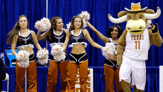 Texas-cheerleaders-AP421510177733_1.jpg