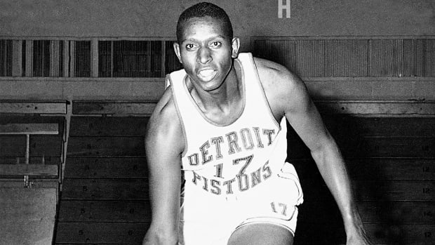 Earl Lloyd, first African-American player in NBA, dies at age 86 IMAGE