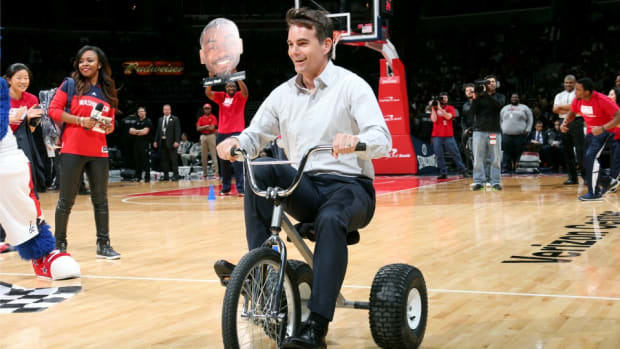 Jeff Gordon dominates tricycle race at Wizards game