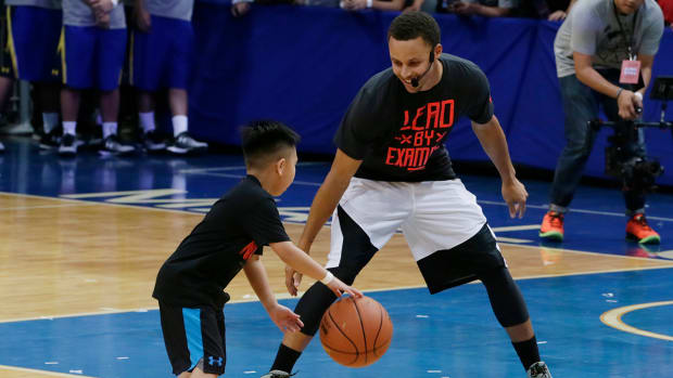 Watch Stephen Curry take on a seven-year-old at camp - IMAGE