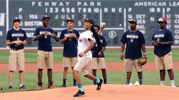 mone-davis-first-pitch-boston-red-sox-marlins.jpg