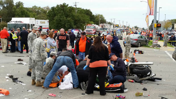Three fans dead after crash at Oklahoma State homecoming parade--image